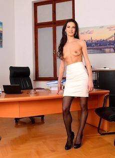 Эффектная и элегантная секретарша позирует на рабочем месте - фото #7