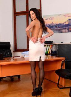 Эффектная и элегантная секретарша позирует на рабочем месте - фото #8