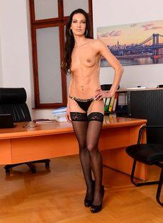 Эффектная и элегантная секретарша позирует на рабочем месте - фото #10