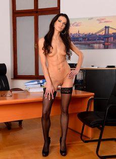 Эффектная и элегантная секретарша позирует на рабочем месте - фото #13