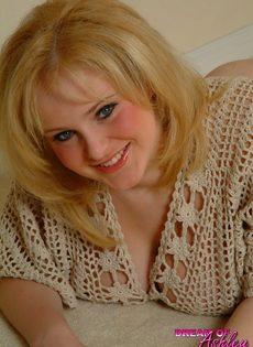 Блондинистая девушка вывалила напоказ огромные сиськи - фото #2