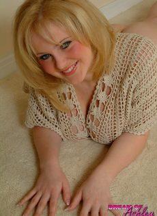 Блондинистая девушка вывалила напоказ огромные сиськи - фото #3