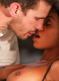 Занялся страстным сексом с шикарной негритянкой после поцелуев - фото #3