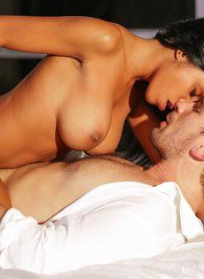 Занялся страстным сексом с шикарной негритянкой после поцелуев - фото #12