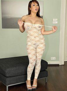 Азиатка в кружевном наряде оголяет соски и письку с пирсингом - фото #5