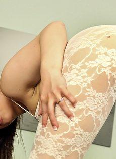 Азиатка в кружевном наряде оголяет соски и письку с пирсингом - фото #15