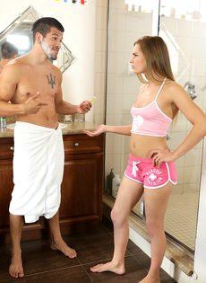 Поимел молоденькую раскрепощенную подружку Sydney Cole в ванной комнате - фото #2