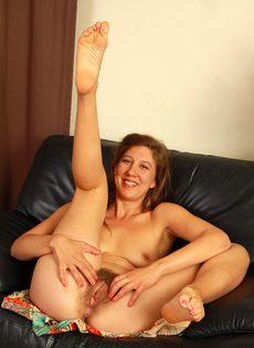 Зрелая женщина раздвигает заросли мохнатой вагины - фото #11