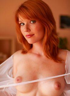 Рыженькая девушка красиво позирует, принимая разные позы - фото #2