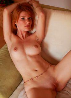 Рыженькая девушка красиво позирует, принимая разные позы - фото #9