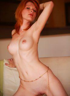 Рыженькая девушка красиво позирует, принимая разные позы - фото #12