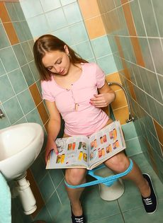 Очаровательная молодушка ласкает киску пальчиками в туалете - фото #2