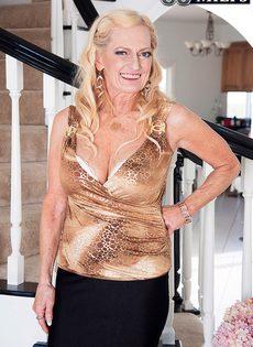 Старая блондинка помогла мужику получить оргазм - фото #1
