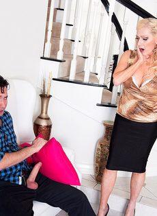Старая блондинка помогла мужику получить оргазм - фото #6