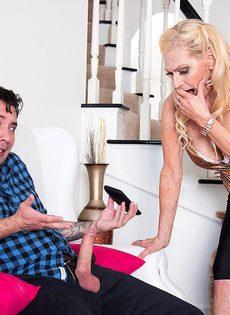 Старая блондинка помогла мужику получить оргазм - фото #8