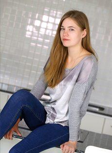 Молодая девушка с опухшими сосками и крошечными сиськами топлесс в узких джинсах - фото #1