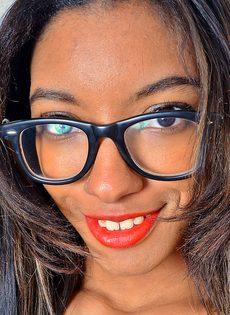 Горячая анальная дырка темнокожей девушки соскучилась по проникновению - фото #1