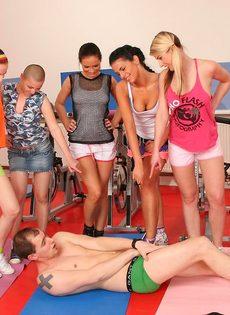 Группа девушек используют инструктора йоги для сексуальных забав - фото #5