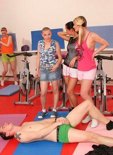 Группа девушек используют инструктора йоги для сексуальных забав - фото #6