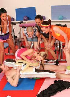 Группа девушек используют инструктора йоги для сексуальных забав - фото #10
