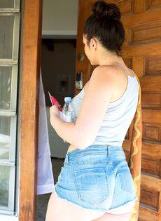 Красавица-почтальон в коротких джинсовых шортиках - фото #7