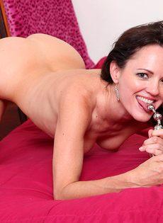 Брюнетка в возрасте занимается вагинальной мастурбацией - фото #14