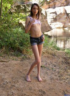 Фотографии обнаженной худенькой брюнетки на природе - фото #5