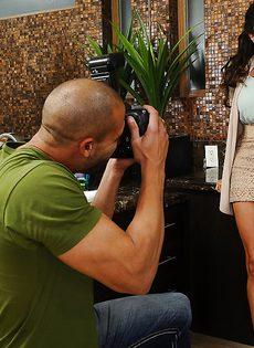 Отсос в исполнении латиноамериканской зрелой женщины - фото #1