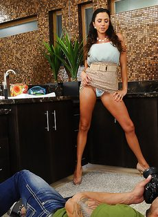 Отсос в исполнении латиноамериканской зрелой женщины - фото #3