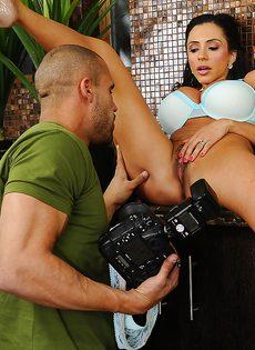 Отсос в исполнении латиноамериканской зрелой женщины - фото #7