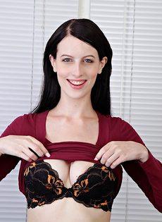 Брюнетка Алекс раздвигает волосатые половые губы киски после обнажения - фото #2