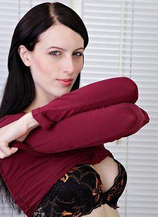 Брюнетка Алекс раздвигает волосатые половые губы киски после обнажения - фото #3