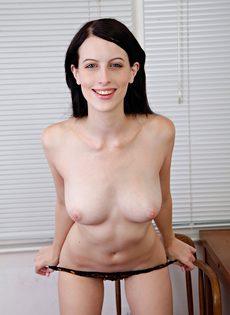 Брюнетка Алекс раздвигает волосатые половые губы киски после обнажения - фото #9