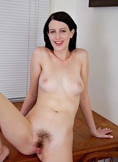 Брюнетка Алекс раздвигает волосатые половые губы киски после обнажения - фото #12