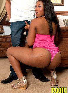 Чернокожей девушке кончают на пышную попку после полового акта - фото #1