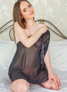 Женственная молоденькая девушка с выбритой узенькой киской - фото #5