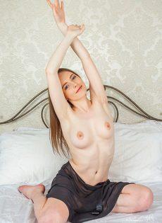 Женственная молоденькая девушка с выбритой узенькой киской - фото #7