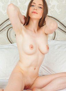 Женственная молоденькая девушка с выбритой узенькой киской - фото #13
