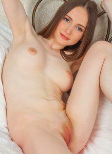 Женственная молоденькая девушка с выбритой узенькой киской - фото #14