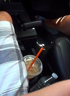 Придорожная шалава делает минет незнакомцу в автомобиле - фото #2