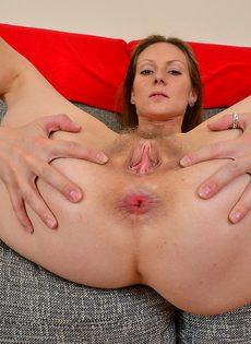 Зрелая женщина демонстрирует дырки крупным планом - фото #11