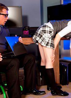 Тоненькая студентка соблазнила репетитора на половое сношение - фото #1
