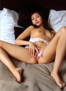 Симпатичная азиатка мастурбирует в кровати - фото #8