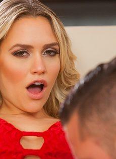 Перед сексом страстно полизал блондинке бритую письку - фото #4