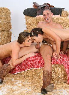 Фермерские девушки жрут сперму после грязного анального секса - фото #4