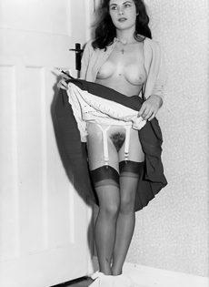 Брюнетистая баба задирает юбку и демонстрирует мохнатую пилотку - фото #7