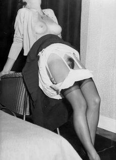 Брюнетистая баба задирает юбку и демонстрирует мохнатую пилотку - фото #9