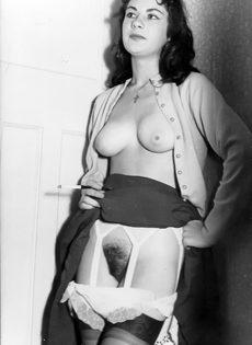 Брюнетистая баба задирает юбку и демонстрирует мохнатую пилотку - фото #11