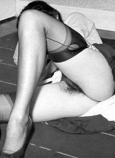 Брюнетистая баба задирает юбку и демонстрирует мохнатую пилотку - фото #12
