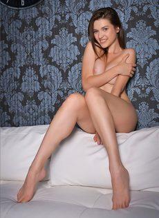 Сексуальная длинноногая девочка показывает письку - фото #10